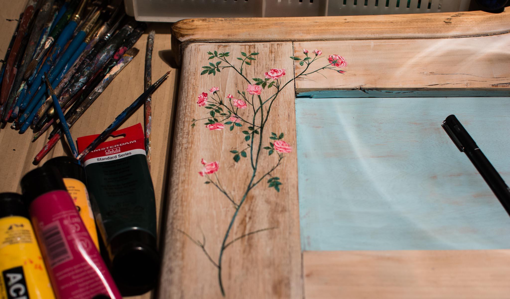 Meble Malowane Ręcznie - fragment starego drewnianego łóżka malowany w kwiaty