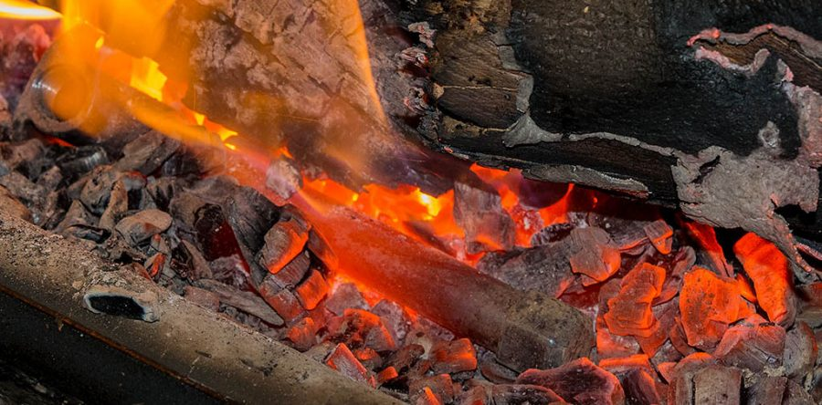 Rozgrzany metal w gorącym popiele