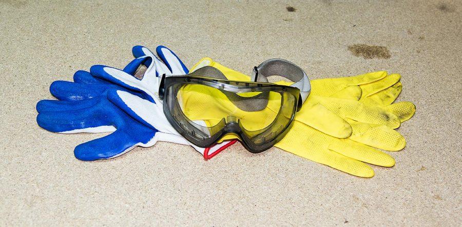 Okulary ochronne i gumowe rękawice w dwu kolorach
