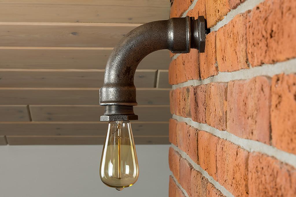 Industrialna Lampa Ścienna wykonana z metalowych rur