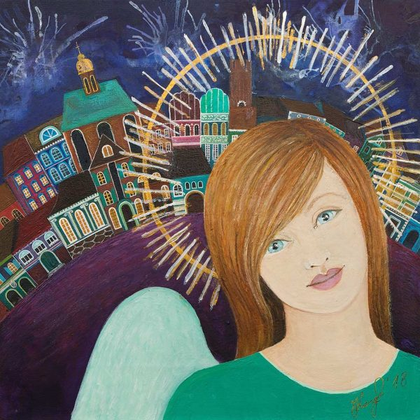 Obraz przedstawia anioła w aureoli na tle starych kamieniczek i nocnego nieba
