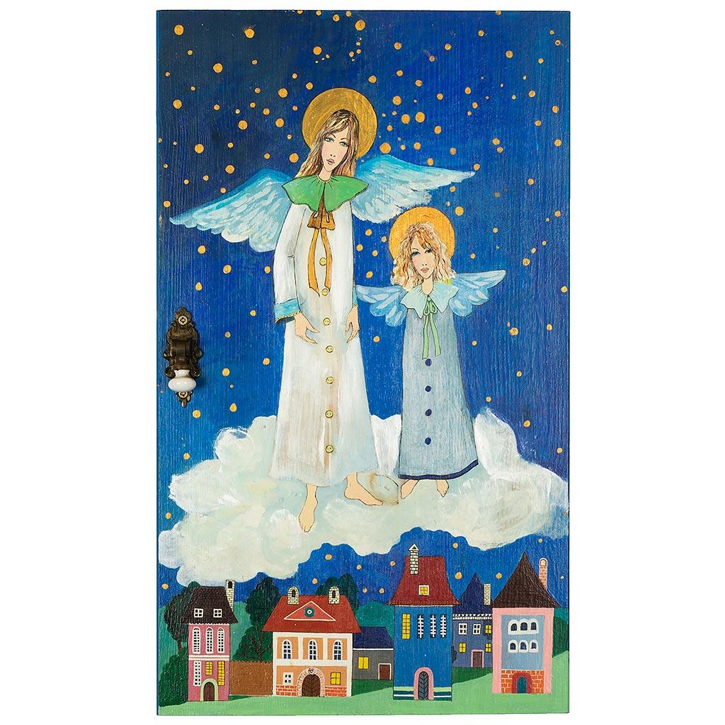 Dwa anioły namalowane na desce. Dominujące kolory to niebieski i biel. Anioły na chmurce.