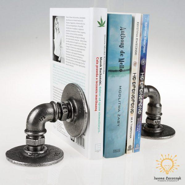 Nowoczesna Podpórka pod Książki w Stylu Industrialnym wykonana jest z metalowych elementów hydraulicznych.